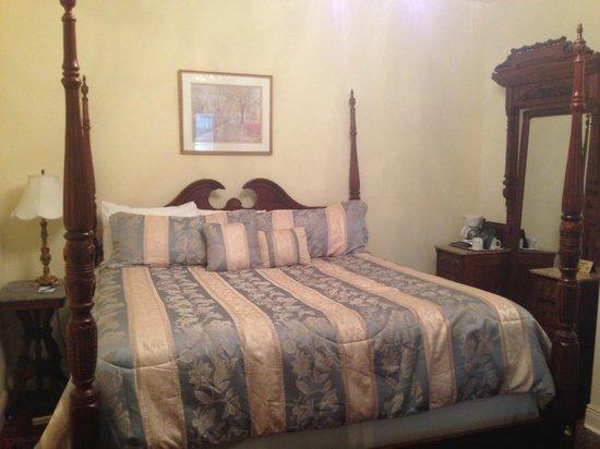 17 Hundred 90 Inn: Master Bed