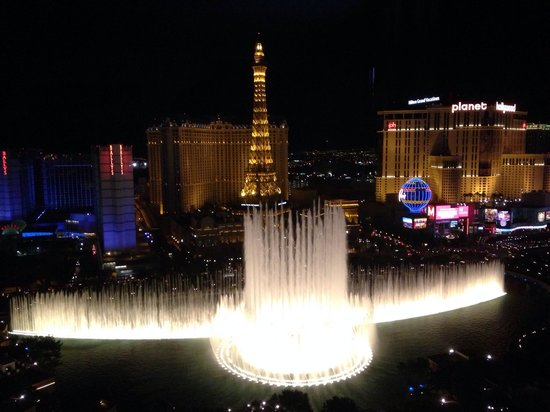 Fontaines du Bellagio : View from Bellagio room of fountains during evening show.