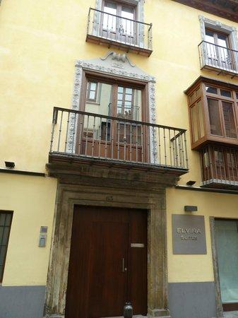 Elvira Suites: The door to the apartments of Calle Elvira