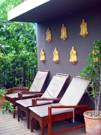 The Small Chiang Mai: เก้าอี้อาบแดด