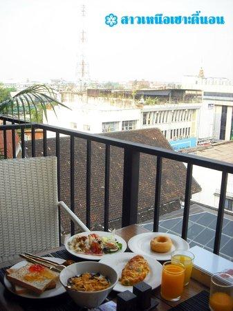 The Small Chiang Mai: ดาคฟ้ารับประทานอาหาร