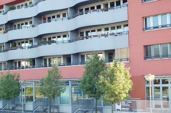 Ibis Berlin Ostbahnhof: façade de l'hôtel donnant sur la Spree