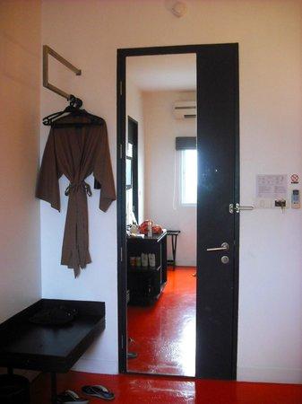 The Small Chiang Mai: ประตูกระจกแต่งตัว