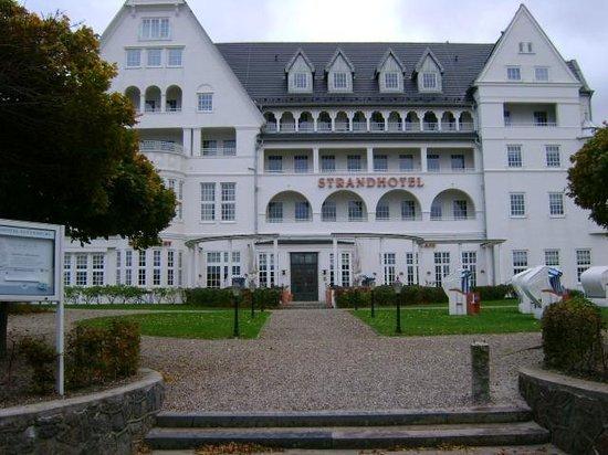 Strandhotel Glucksburg: Hotel set fra vandsiden