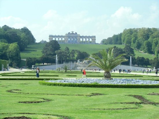 Schloss Schönbrunn: Blick vom Schloss zum Park