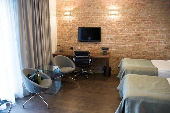 Q Hotel Grand Cru: Room, desktop