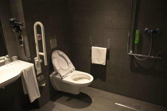 Q Hotel Grand Cru: Bathroom.