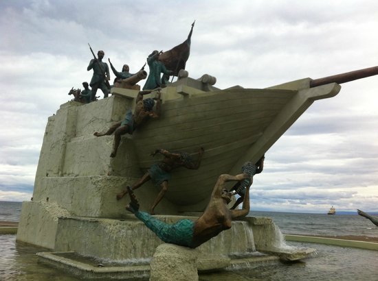 Jose Nogueira : New 2013 sculpture erected on the port - it is enormous - bronze figures on a cement edifice