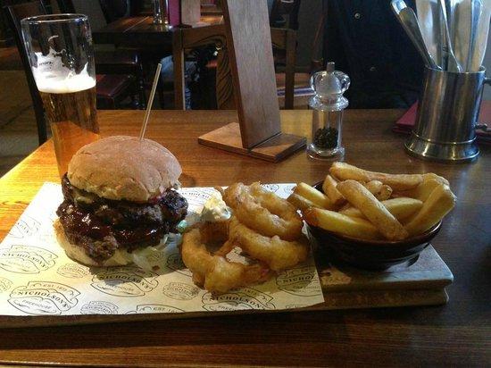 St. George's Tavern: hamburgherone infinito!