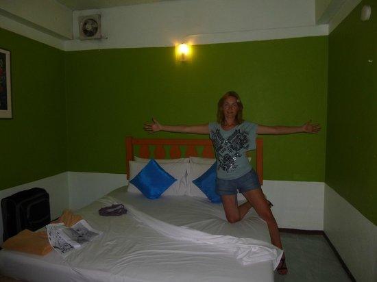 Sawasdee Khaosan Inn: Номер очень узкий= ширина кровати 1,6м и проходы с двух сторон