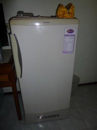 Sawasdee Khaosan Inn: Холодильник здесь пригодится (внутри платный бар)