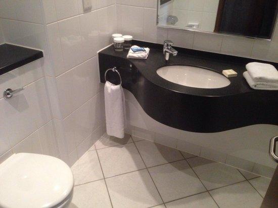 Hilton London Metropole: Clean En Suite, shame about the dribble shower