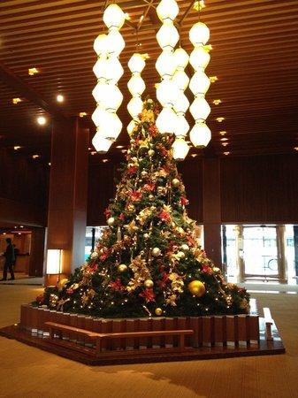 Hotel Okura Tokyo : The lobby centerpiece at Christmas