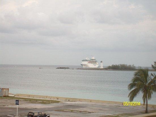 British Colonial Hilton Nassau: harbur view from beach