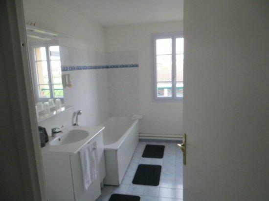 Magny Le Hongre Marne la Vallee : bathroom