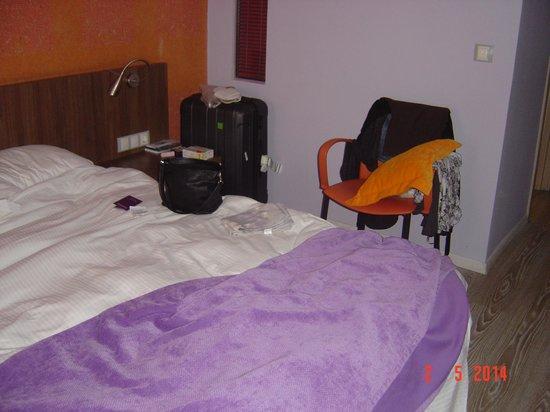 Novus City Hotel : notre chambre tre coloree
