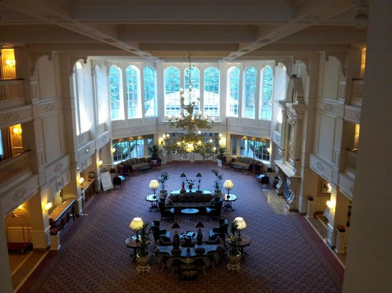 Disneyland Hotel : View of entrance from the lobby stairs
