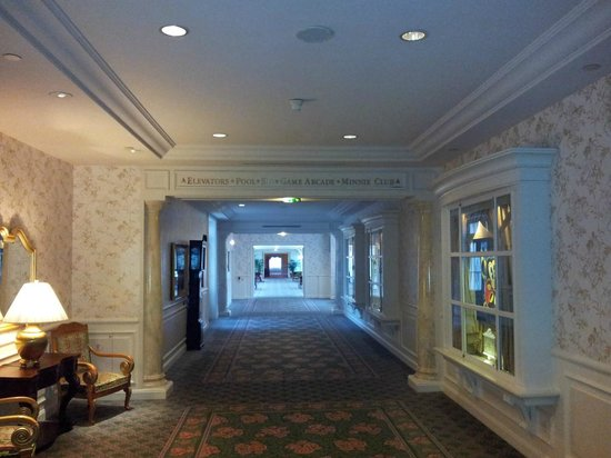 Disneyland Hotel : Corridor to the rooms early in the morning