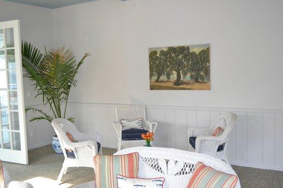 Buzz'sLakeside Inn: Reception with original art from resort