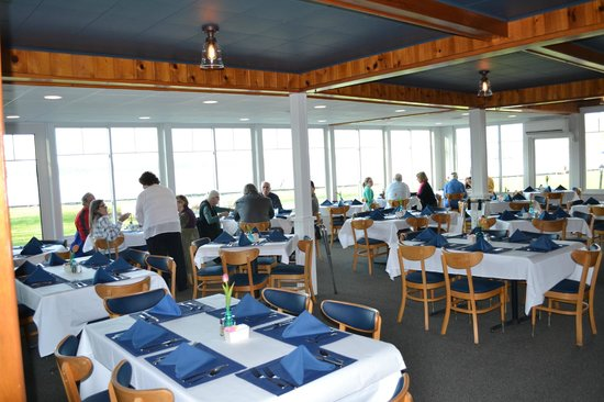 Buzz'sLakeside Inn: Guests enjoying the food and view of White Lake