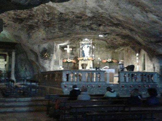 Monte Sant'Angelo, Italia: La grotta nella quale viene celebrata la Santa messa