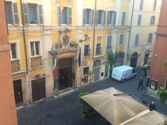 Trevi B&B Roma : View from room to street below