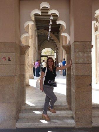 Palacio de la Aljafería: JUNTO A LA ENTRADA