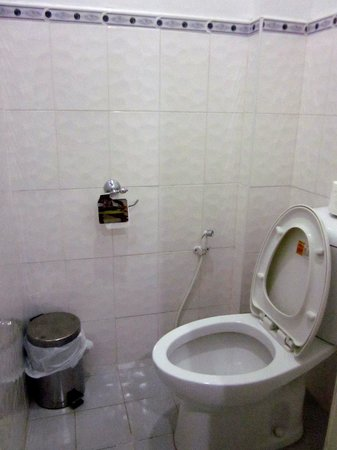 CouCou Bar Hotel & Restaurant: toilet