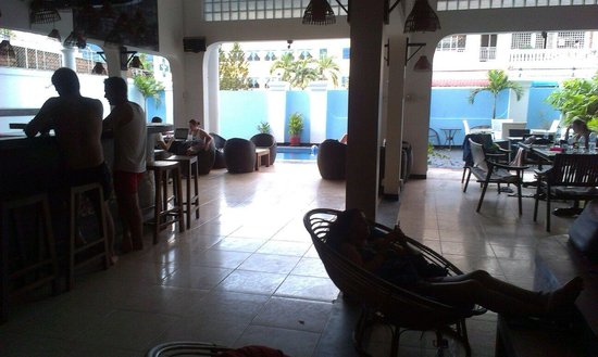 Eighty8 Backpackers: Bar/resturant/resting/pool area