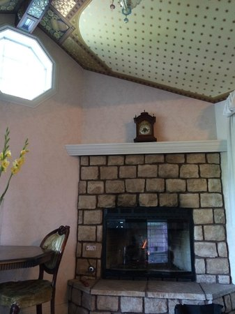 The Pink Mansion: Fireplace Rose Suite