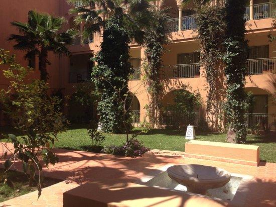 Alhambra Thalasso Hotel: Территория у ресторана для завтраков