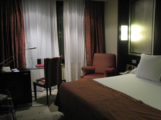 Melia Barcelona Sarria: large king bed in room #914