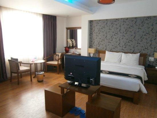 Dragon Palace Hotel: Spacious room