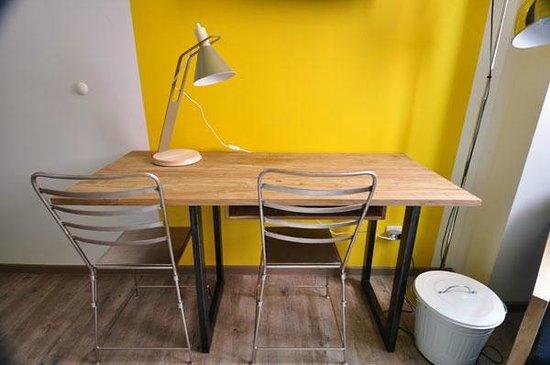 Le bureau de la chambre jaune photo de maison mondrian mulhouse