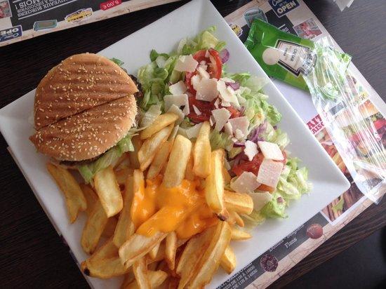 Cheeseburger frites au cheddar salade foto di burger for R2605