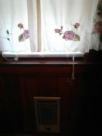 Huskins Court and Cottages: heater in bathroom