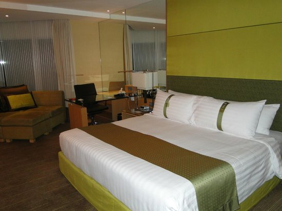 Holiday Inn Bangkok Silom: AMPLIA HABITACION