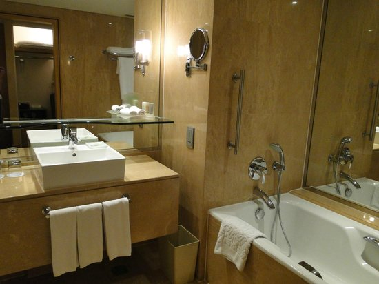 Holiday Inn Bangkok Silom : BAÑO AMPLIO E IMPECABLE