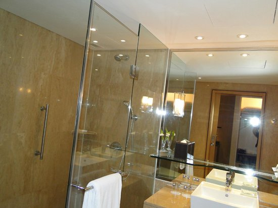 Holiday Inn Bangkok Silom: BAÑO AMPLIO E IMPECABLE