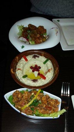 Mijana: entrée froide une a base de poid chiche un autre a base de poisson et une salade