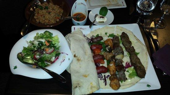 Mijana: plat a base de brochette agneau poulet et boeuf avec salade et une sorte de ebly avec ses sauses