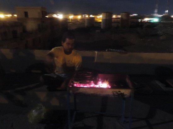 Rihana Guest House : barbecue de poisson sur le toit terrasse de la guest house avec Hibrahim