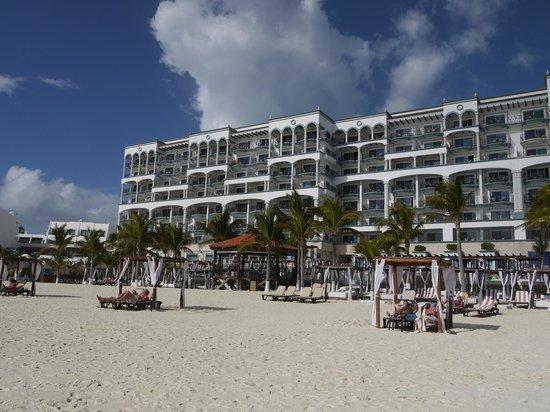 Hyatt Zilara Cancun : ビーチから見えるホテル