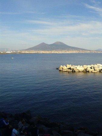 Via Caracciolo e Lungomare di Napoli : Vista del vesuvio da via caracciolo!!!