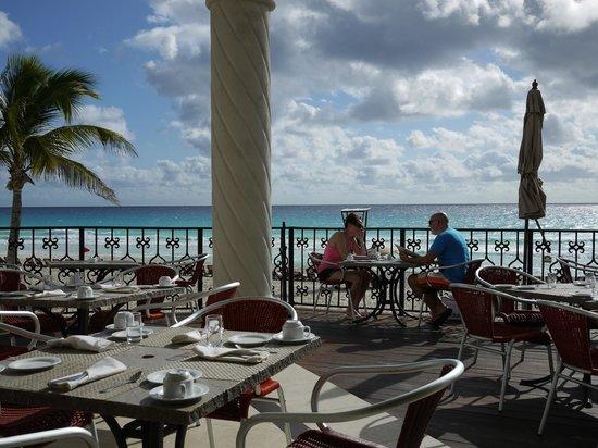 Hyatt Zilara Cancun : 海辺のレストラン