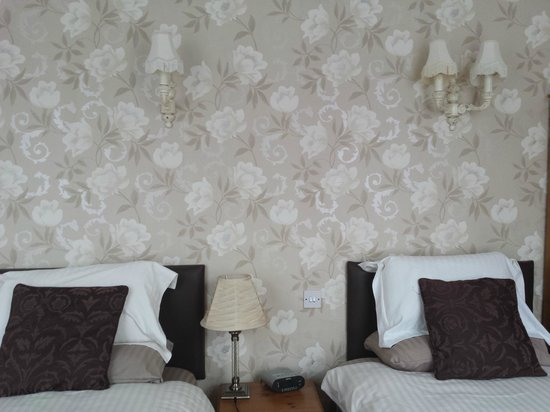Kingston Theatre Hotel: Suite room - beds and nice wall paper
