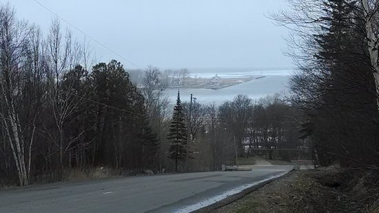 Hilltop cabins: View of the Harbor & Lake Superior from end if the driveway