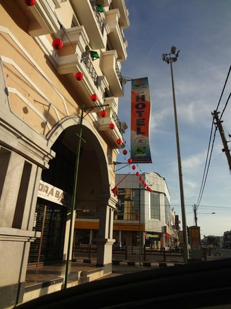 Flora Place Hotel: The hotel view from Jalan Kebun Sultan