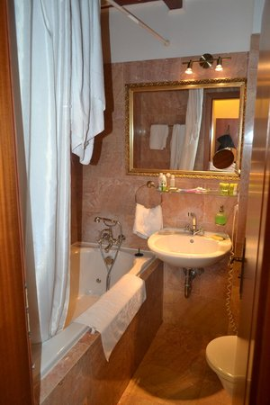 King Charles Boutique Hotel Residence: Ванная комната