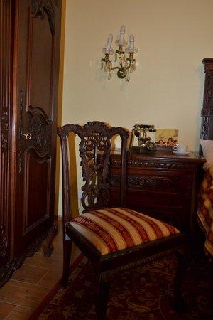 King Charles Boutique Hotel Residence: Красивая мебель ручной работы из красного дерева